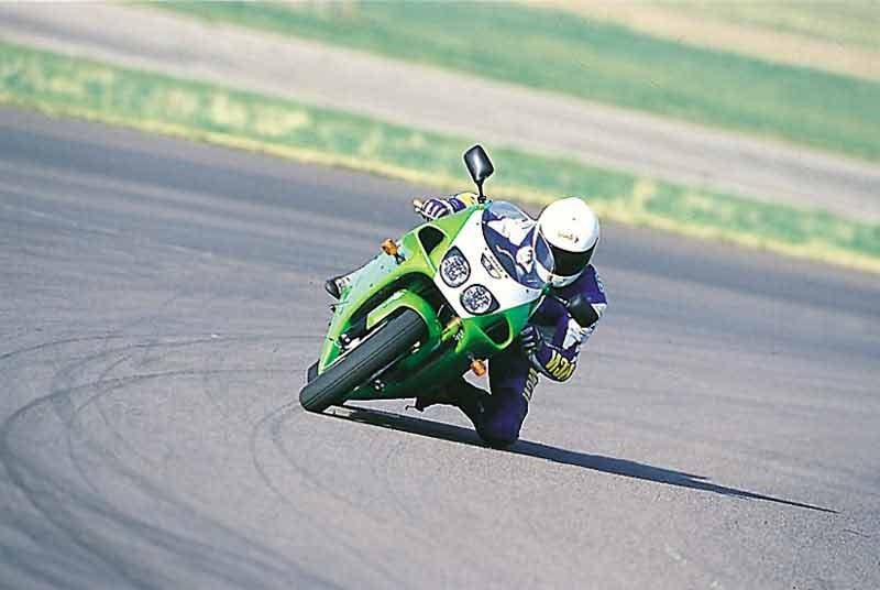 Kawasaki zx-7r en circuito