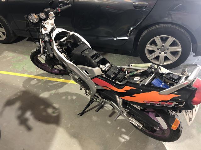Yamaha TZR 80 RR desmontada para pintar